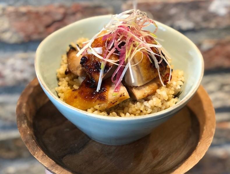 水曜日の丼は、ディナーでも人気のディアボ ラチキンを丼にした「ディアボラチキン丼」。満腹間違いなし!