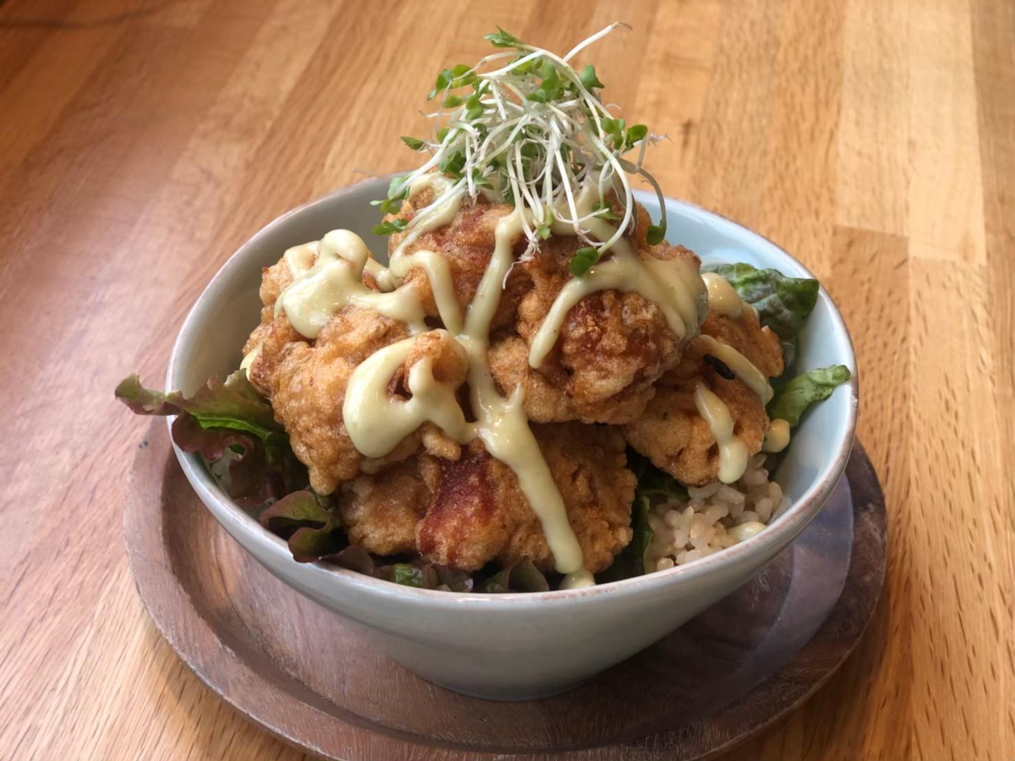 月曜日にご提供している「から揚げ(モチコ チキン)丼」。もち粉をまぶして揚げた、ハワイのローカル料理を丼にしたもの。