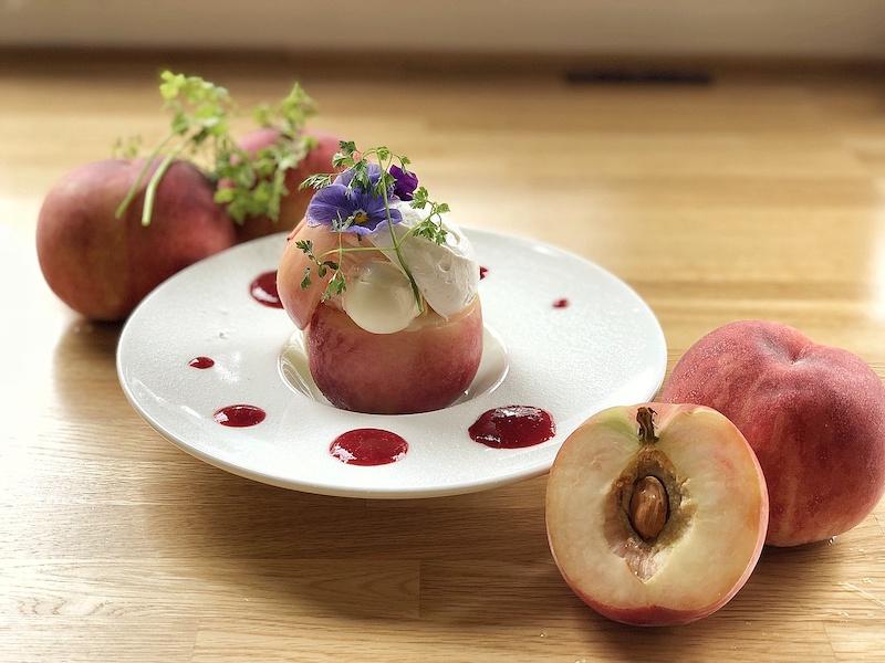 フルーツクチュリエである酒井シェフならではの一品、桃を丸ごと1個使った夏のデザート。「映える」こと間違いなし。