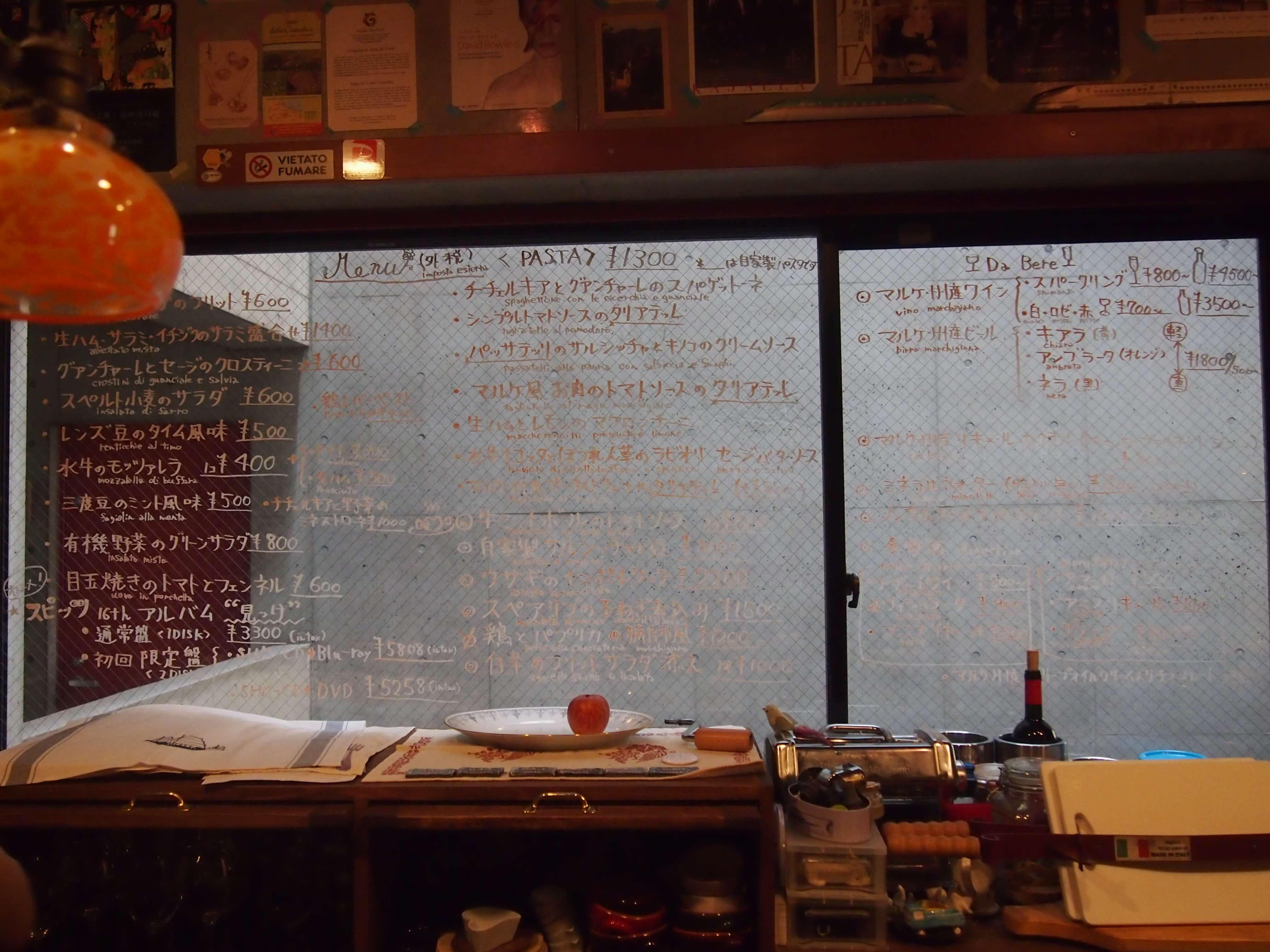 カウンターの向こうの窓に書かれた、マルケ料理のメニューの数々。お馴染みの料理名もあれば、聞きなれない料理名も。