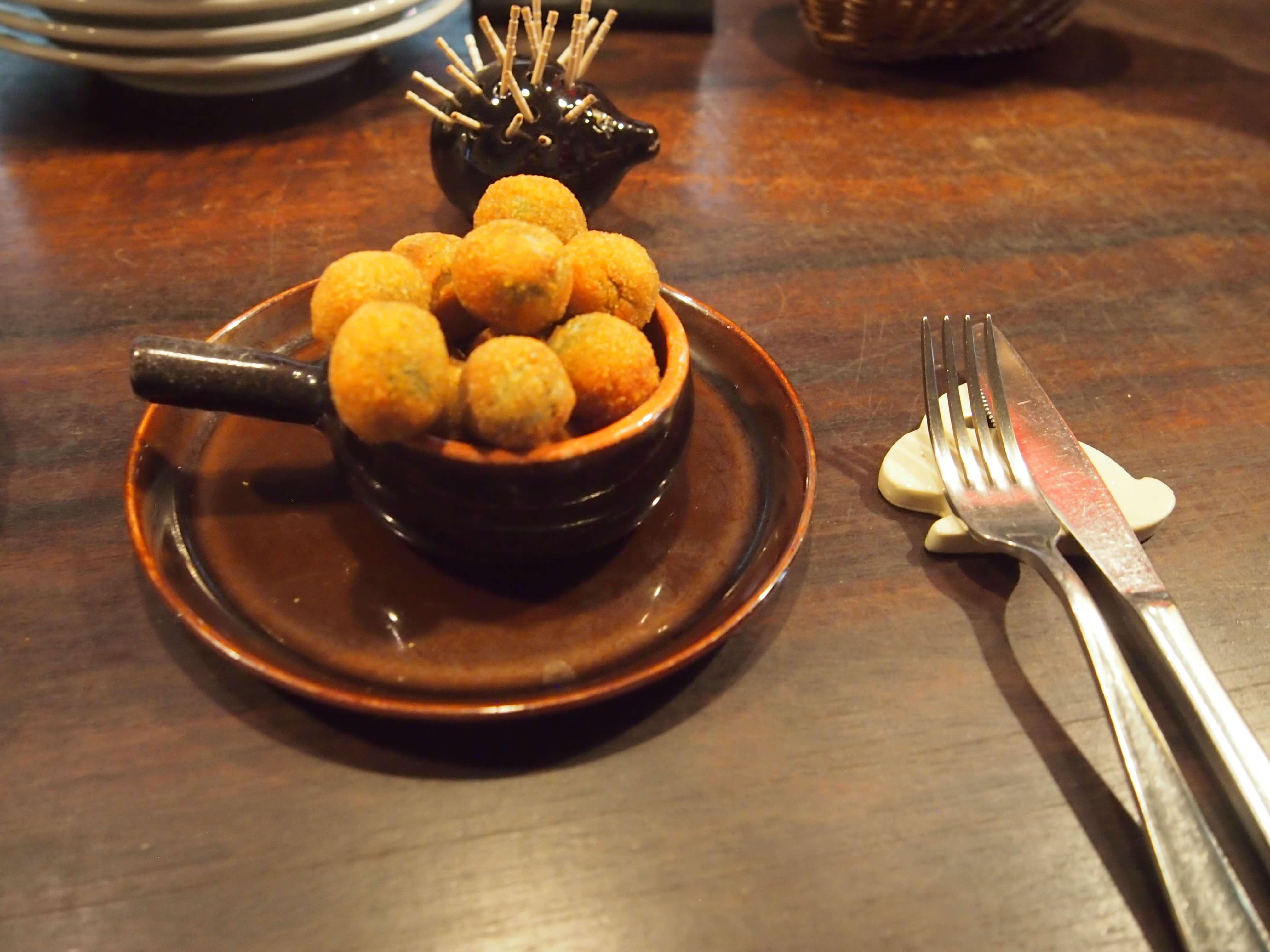 オリーブの肉詰めフリット 自家製の塩漬けオリーブのタネを取った部分に、牛・豚・鶏などのひき肉を詰めて揚げたもの。ワインのお供に最適です!