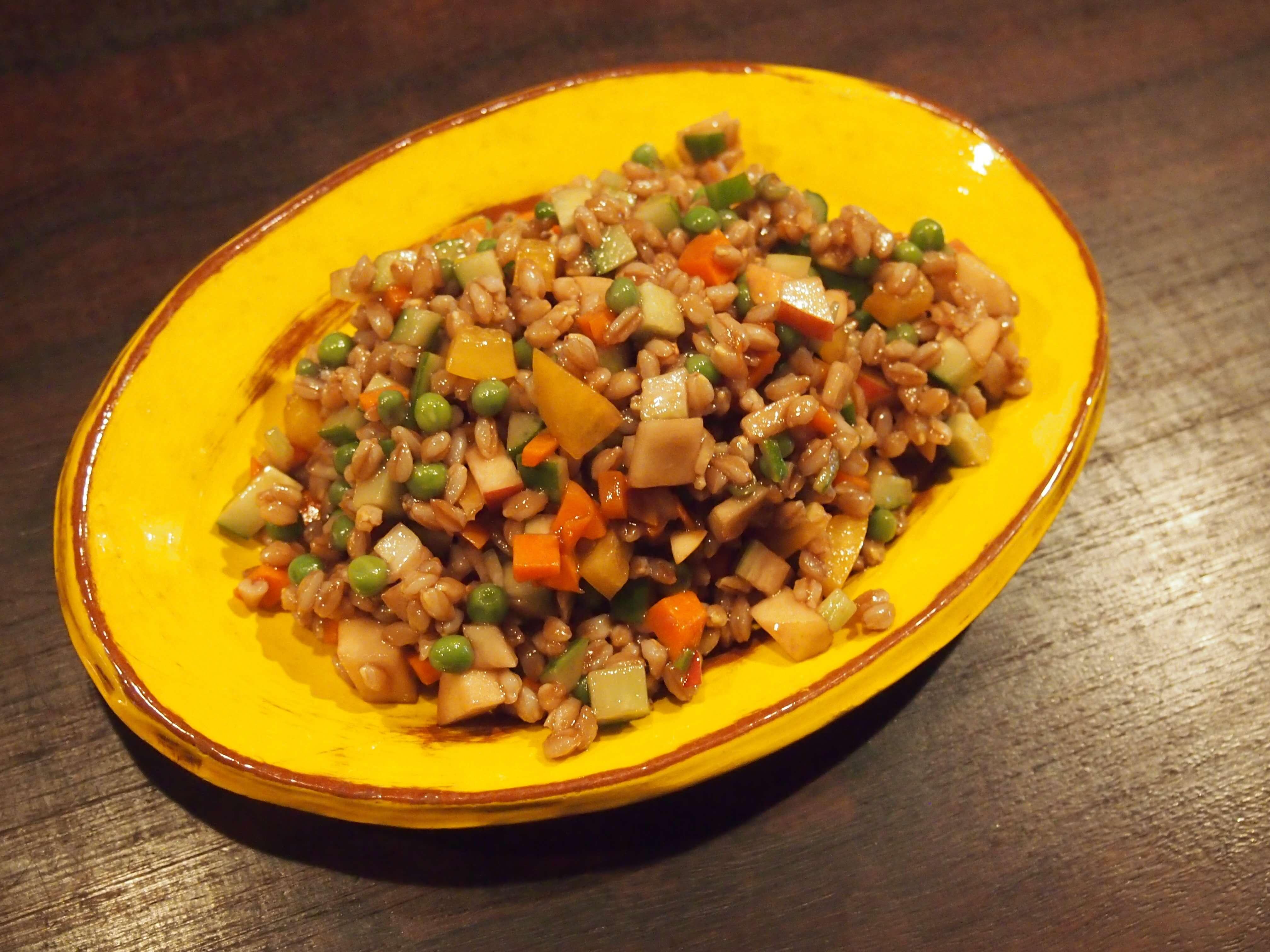 スペルト小麦のサラダ スペルト小麦は、現代の小麦の原種にあたる古代穀物です。茹でたスペルト小麦と小さくカットした野菜と和えたヘルシーメニュー。野菜をしっかり摂りたい時に。