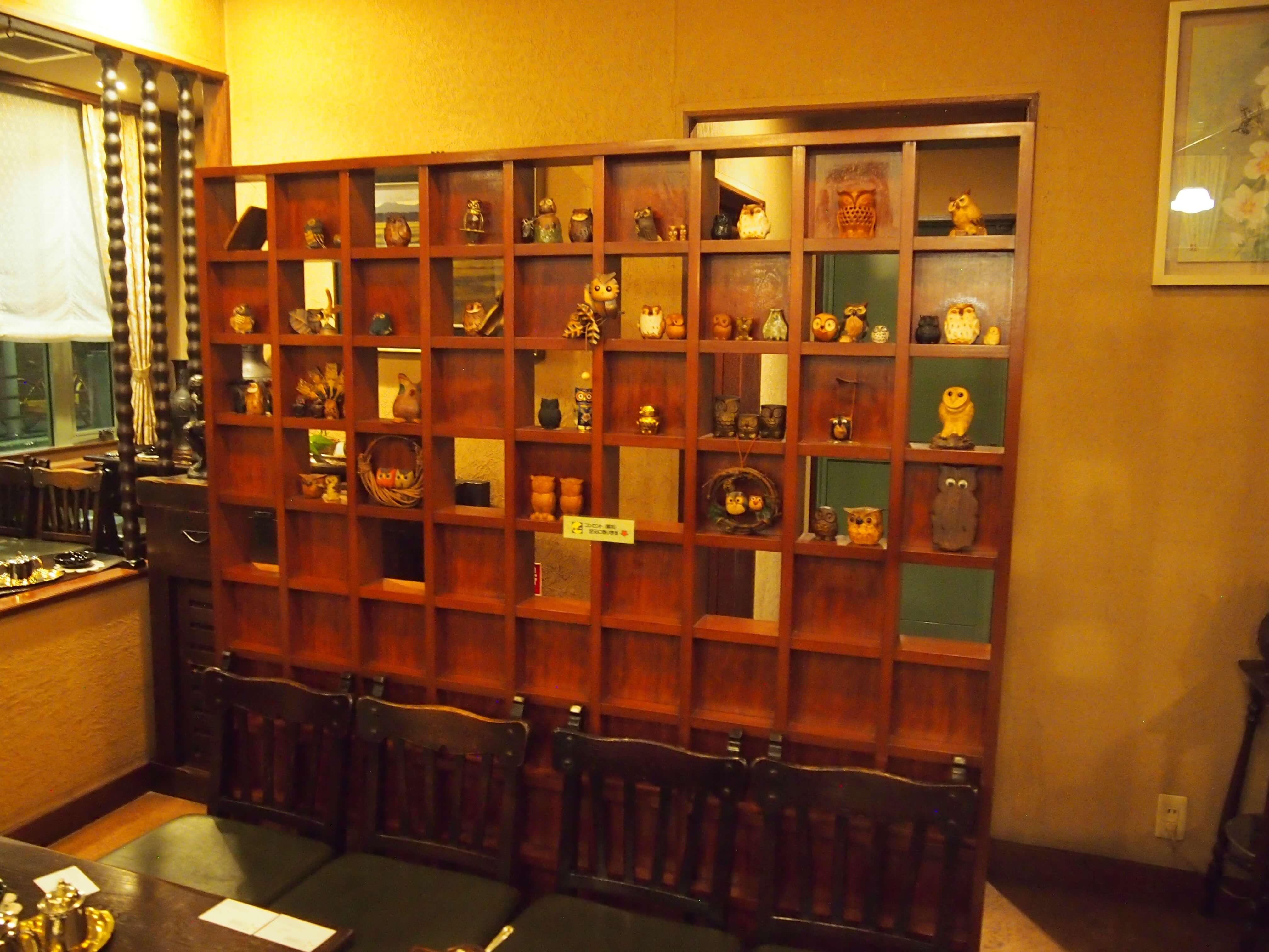 棚にいっぱい並んだ小物やアクセサリー類は、常連のお客さまから、旅行などのお土産としていただいたもの。「ボア」がどれほど愛されていたかがわかります。