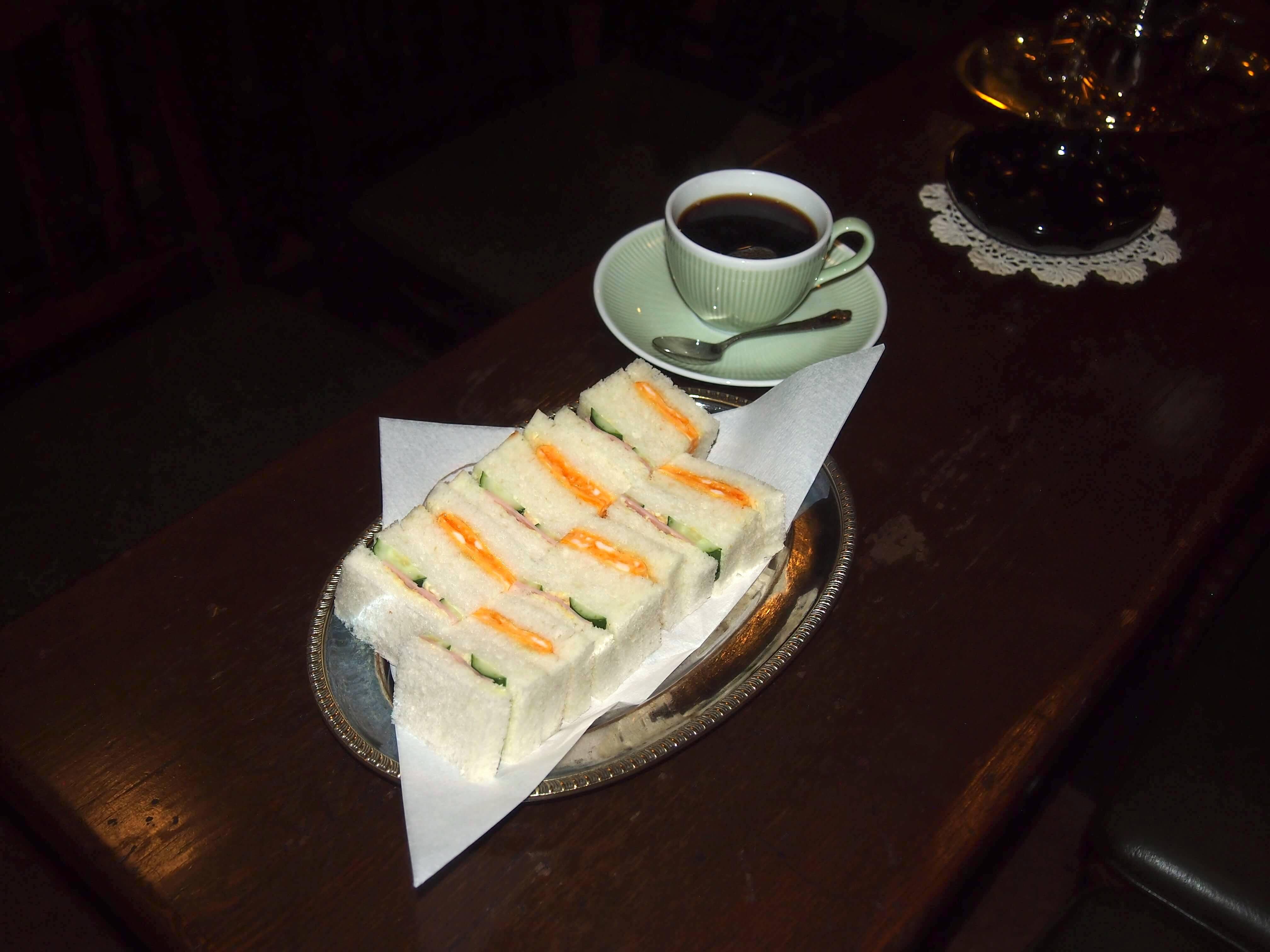 深い味わいのコーヒーと、開店当時から人気のミックスサンド。美味しいのはもちろん、ひと口サイズなので、食べやすいのも魅力。ミックスサンドのお皿も、開店当時の物だとか。