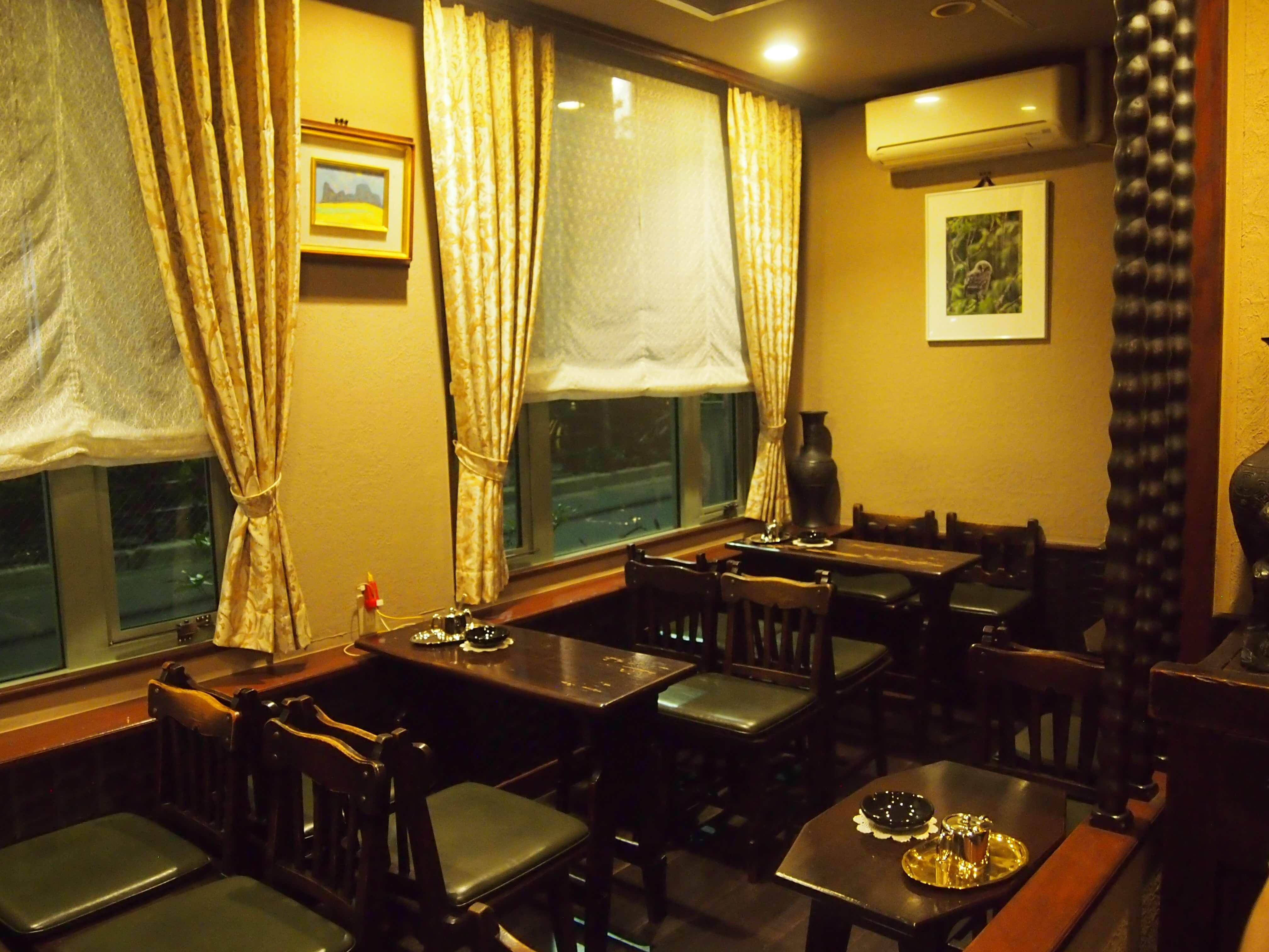 テーブル、椅子や壁の腰板などは、昭和23年の開店の時から使用していたもの。使いこまれる事によって、いい雰囲気を醸しだしています。「いいものは、長持ちするんです」(室谷さん)