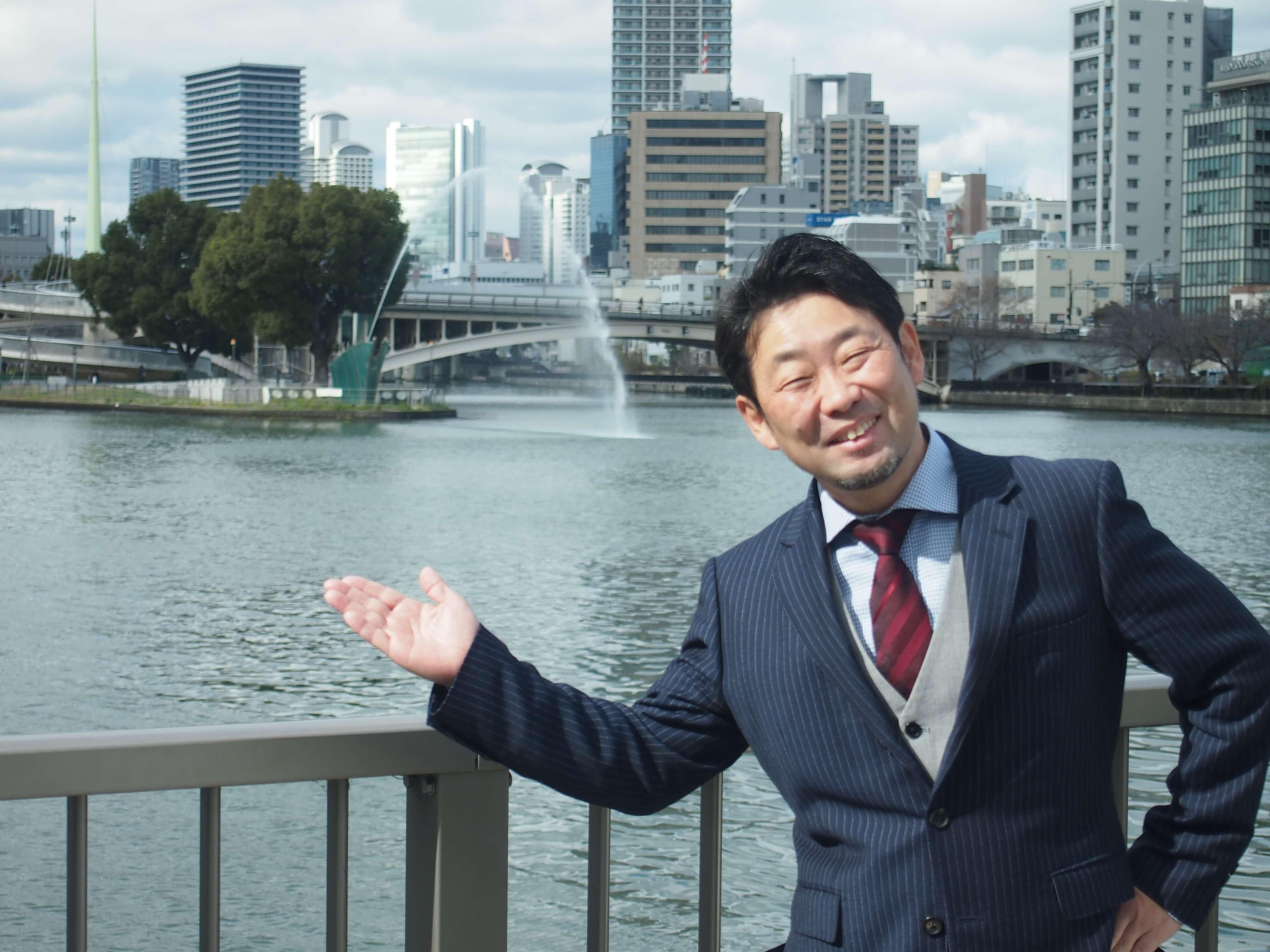 岸田さんが中之島で一番、好きな場所だという、剣先公園を背景に。するとタイミングよく噴水が。思わずお茶目なポーズをとる岸田さん。演劇をやっていた経験からか、こんなポーズもバッチリ。