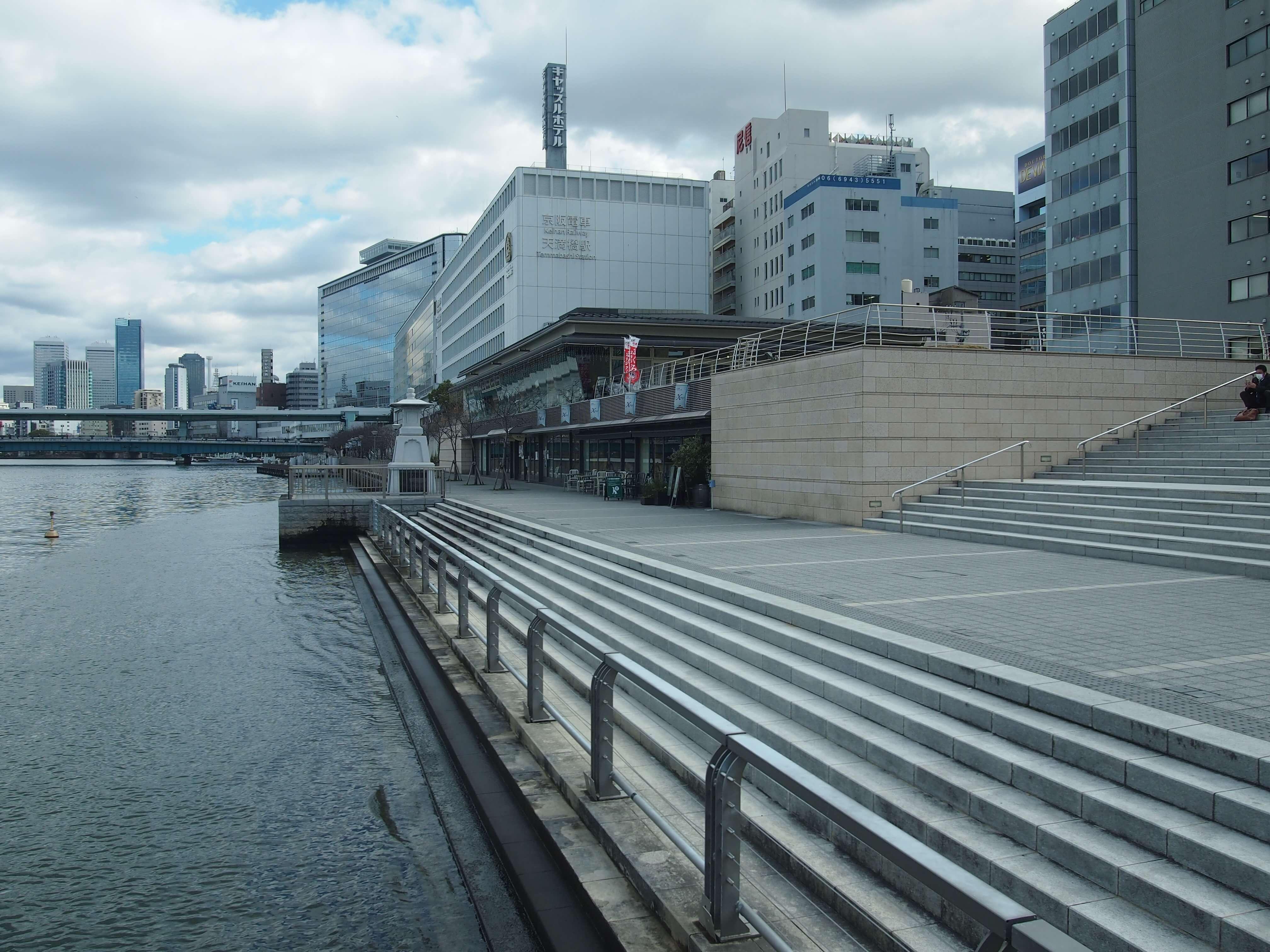 """企画宣伝部の事務所があるのは、京阪天満橋駅にほど近い「川の駅はちけんや」。内部には「大阪シティサップ」の事務所や「大阪ダッグツアー」の発着所、レストランなどもあり、大阪の""""水辺遊び""""の基地ともいえる施設。"""