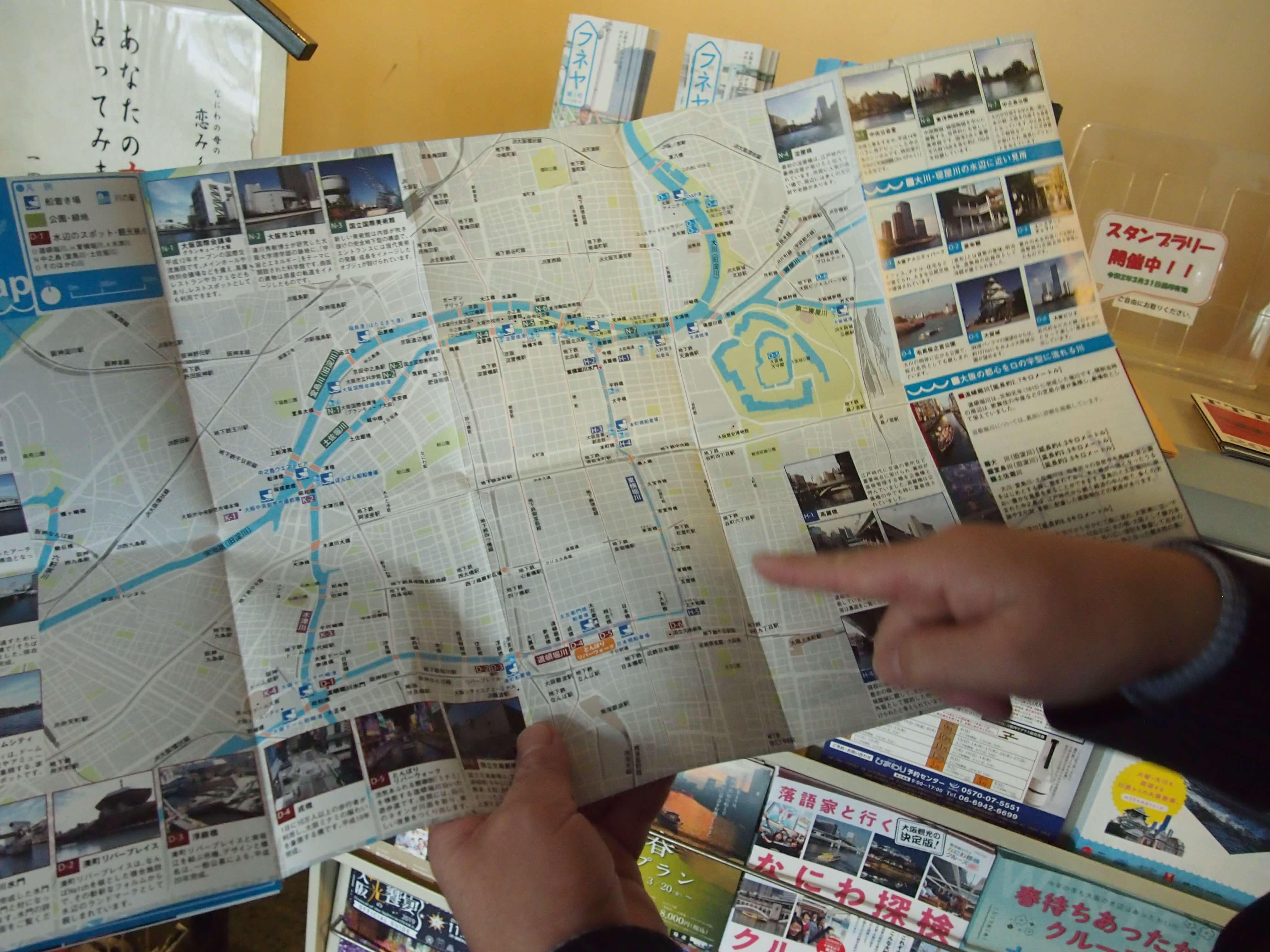 マップを指さしながら、「中之島を、本当の島と感じるには、やはり歩いていただくことですね」という岸田さん。岸田さんも時々、島の周囲を歩いては、船から見える光景と比べたりしているのだとか。