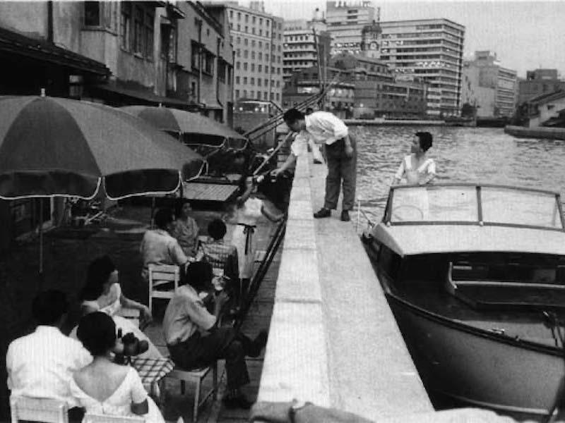 当時は今より護岸も低く、このようにグリルまで船で乗り付けるお客さまもいた。★