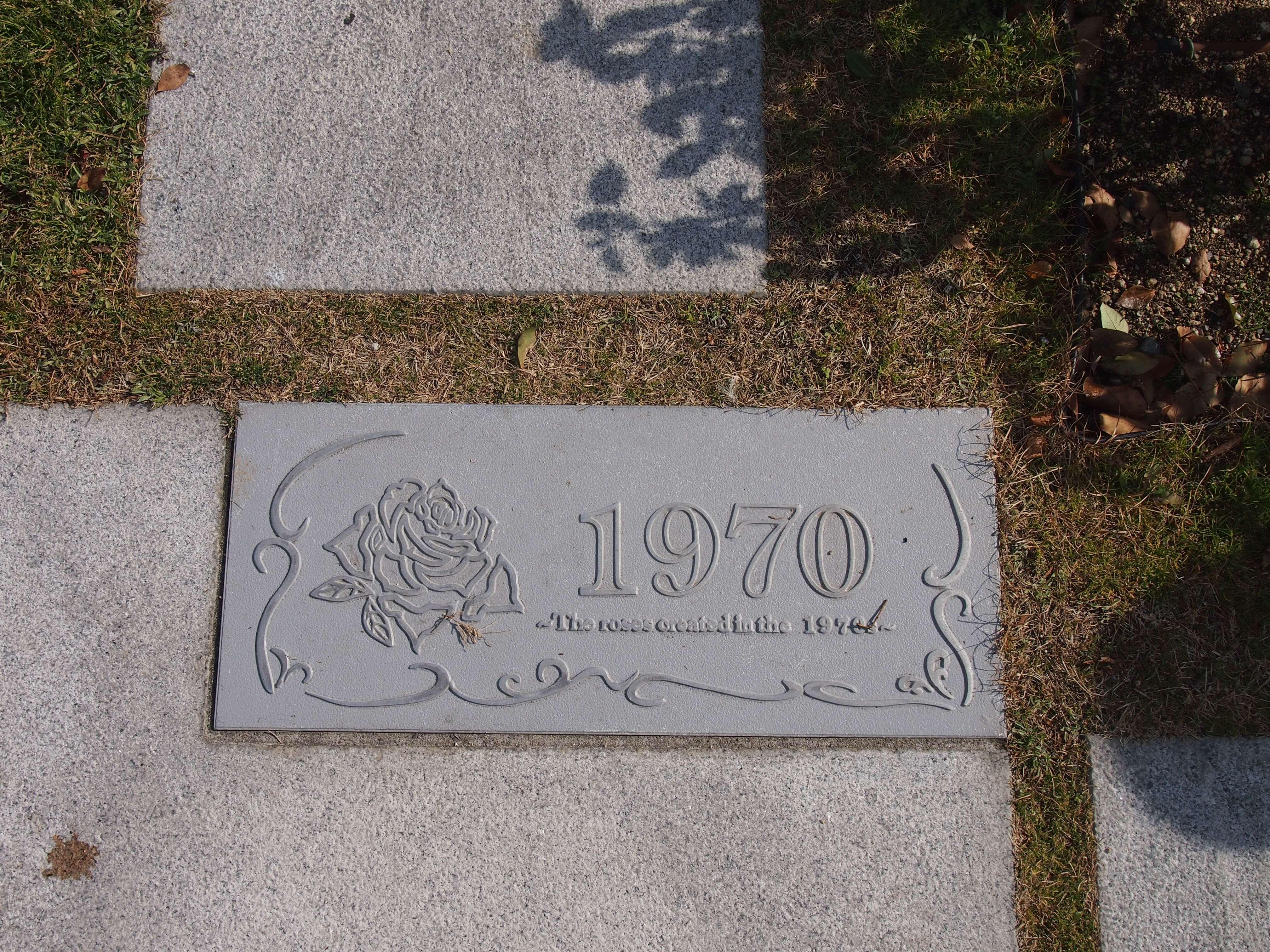 足元を見れば、年代が記された銘板が! 「1970年」と記されたこの一画は、今から50年ほど前の流行の品種が植えられているエリア。